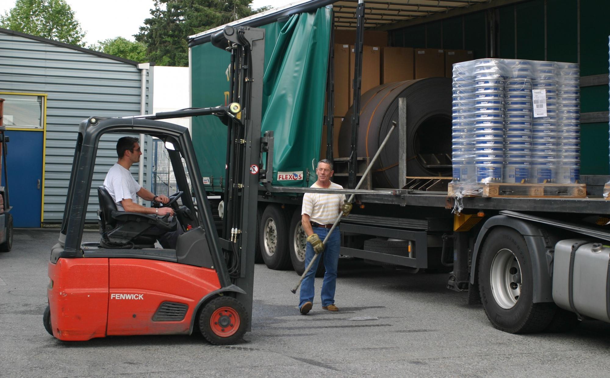 chargement d'un camion avec des emballages