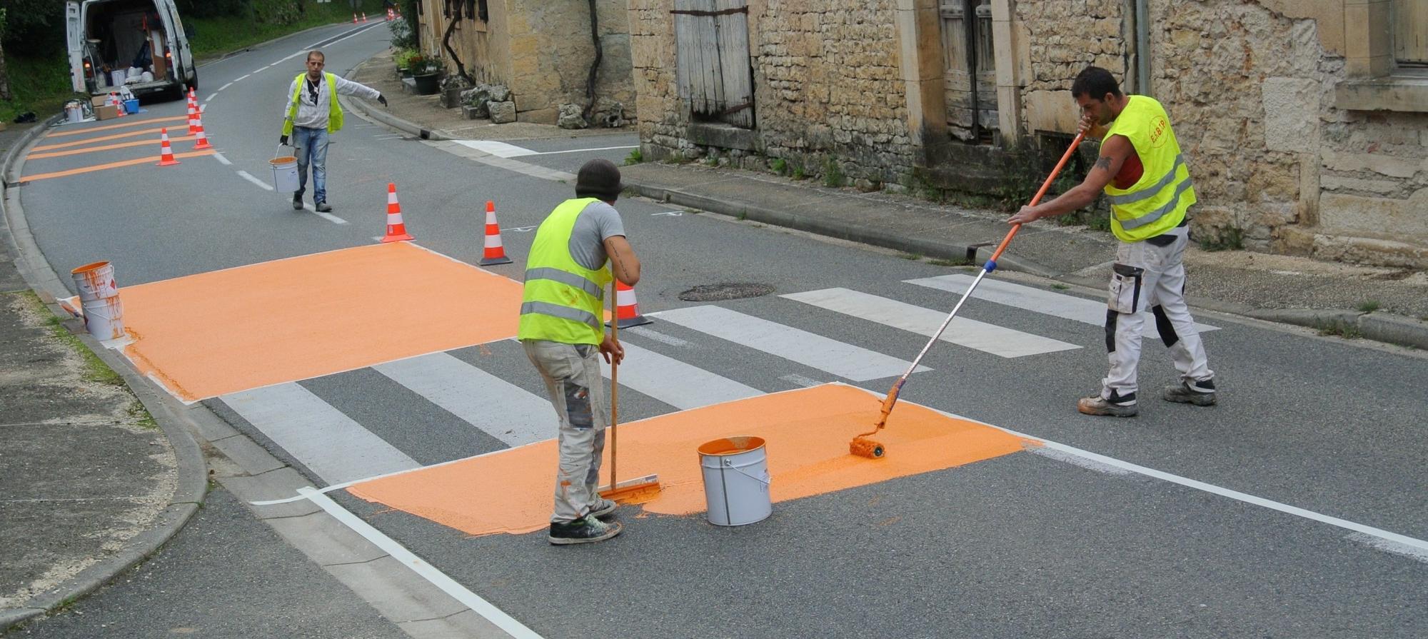 Application d'une peinture couleur d'aménagement urbain
